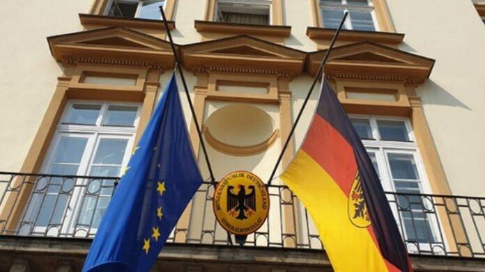 Niemcy opuszczają flagi w rocznicę wybuchu Powstania